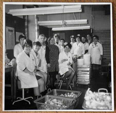 Ursula Dühning im Kreis ihrer Kolleginnen im Atelier 49 im Oberlauchringen