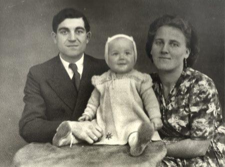 Die kleine Ursula 1947 mit ihren Eltern