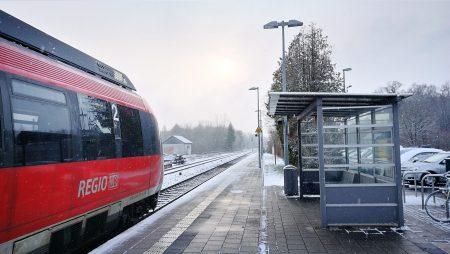 Der Bahnhof in Oberlauchringen an einem verschneiten Morgen im März 2018 (Foto: Martin Dühning)
