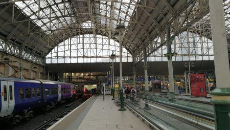 Eine der Bahnhofshallen in Manchester Picadilly (Foto: Martin Dühning)