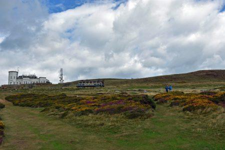 """Eine """"Vintage Tram"""" tuckert von der Gipfelstation wieder ins Tal hinab (Foto: Martin Dühning)."""