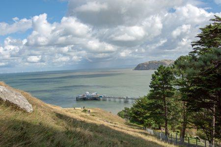 Ausblick vom Great Orme auf das große Pier von Llandudno und die Bucht (Foto: Martin Dühning)