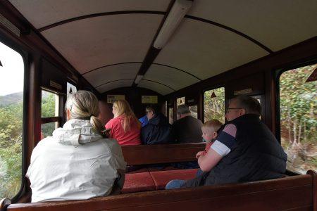 Gespannte Reisegruppe in der Ffestiniog Welsh Railway (Foto: Martin Dühning)