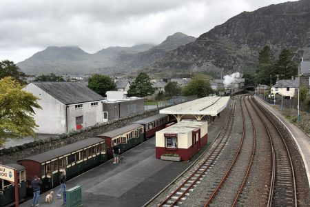 Der Museumszug von der Bahnbrücke aus betrachtet (Foto: Martin Dühning)