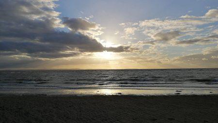 Sonnenuntergang am Südstrand mit Blick Richtung Anglesey (Foto: Martin Dühning)