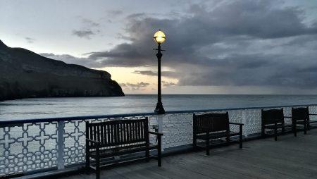 Das Pier in der Abenddämmerung mit Blick auf den Great Orme (Foto: Martin Dühning)