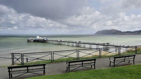 """Ausblick vom """"Happy Valley"""" auf das Llandudno Pier (Foto: Martin Dühning)"""