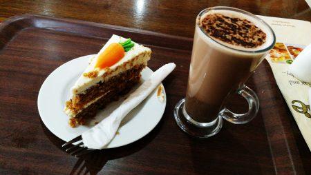 Rüblitorte mit heißer Schokolade (Foto: Martin Dühning)