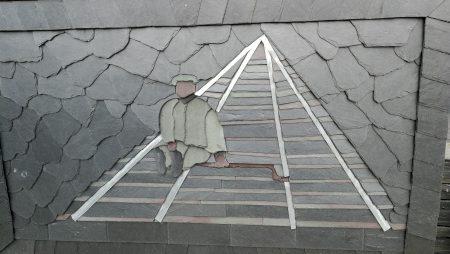 Ein einsamer Bergarbeiter auf Schieferkunst in Blaenau Ffestiniog (Foto: Martin Dühning)