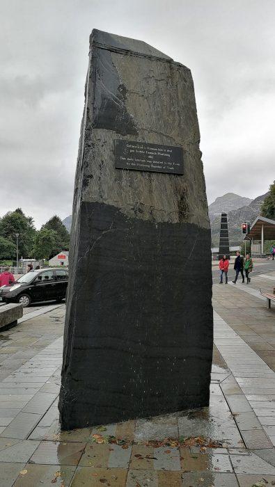 """Der schwarze Brunnen: Er symbolisiert wahrscheinlich die """"Steinigkeit"""" des Ortes (Foto: Martin Dühning)."""