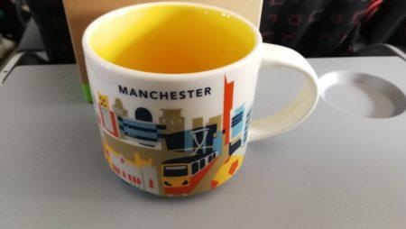 Kleines Reisesouvenir: Die Manchester-Tasse (Foto: Martin Dühning)