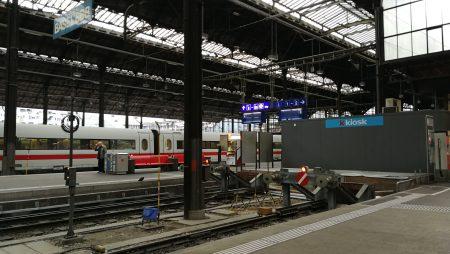 Warten im SBB-Bahnhof (Foto: Martin Dühning)