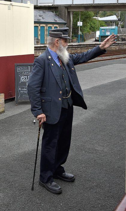 Der Bahnvorsteher von Blaenau Ffestiniog - ganz bei der Sache auch im hohen Alter (Foto: Martin Dühning).