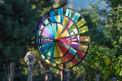 Windrad mit Zwergfee im Garten (Foto: Martin Dühning)