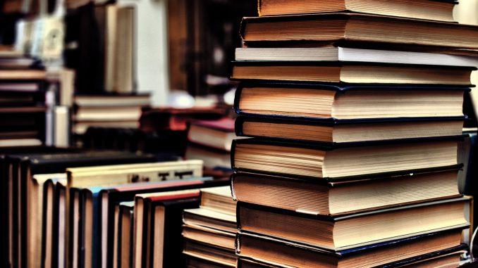 Bücherstapel (Quelle: Pexels)