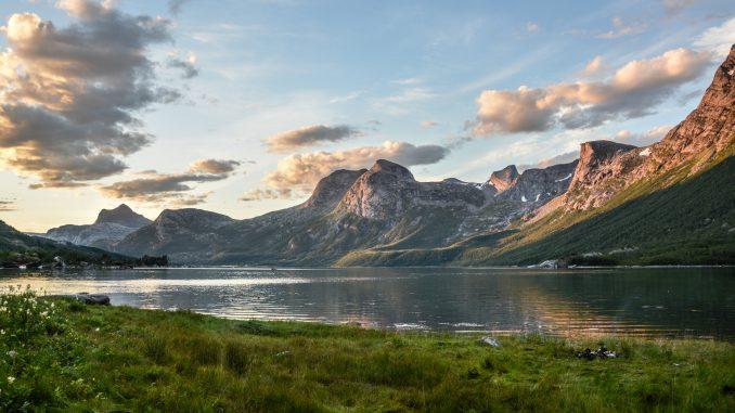 Nordischer Fjord in der Dämmerung (Foto: Monicore über Pexels)
