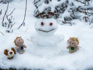 Kara und Luisa haben eine Schneefee gebaut (Foto: Martin Dühning)
