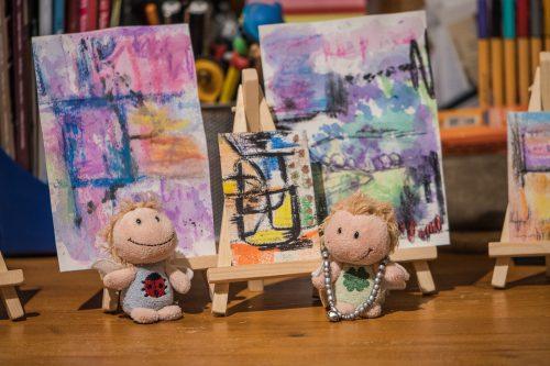 Luisa Amiratu freut sich über ihre wundervollen Kunstwerke (Foto: Rosa Dudelspru)