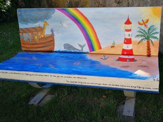Arche Noah, Regenbogen, Leuchtturm, Strand und Phönix - Wer auch immer diese Kirchenbank gemalt hat, er spricht mir aus dem Herzen (Foto: Martin Dühning)