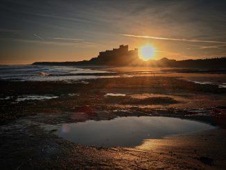 Himmel, Strand, Sonne und Felsen in Northumberland (Foto: Nick Collins via Pexels)