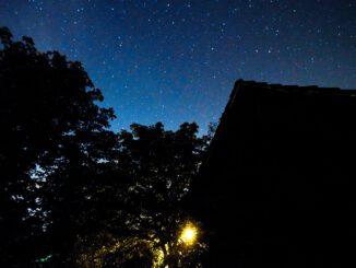 Der Sternenhimmel über Urgroßvaters Schuppen, meine Kastanien und störendes Streulicht (Foto: Martin Dühning)