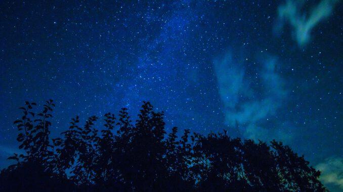 Fast wie Nordlichter wirken die Dämmerungswolken am nächtlichen Sternenhimmel im Klettgau (Foto: Martin Dühning)