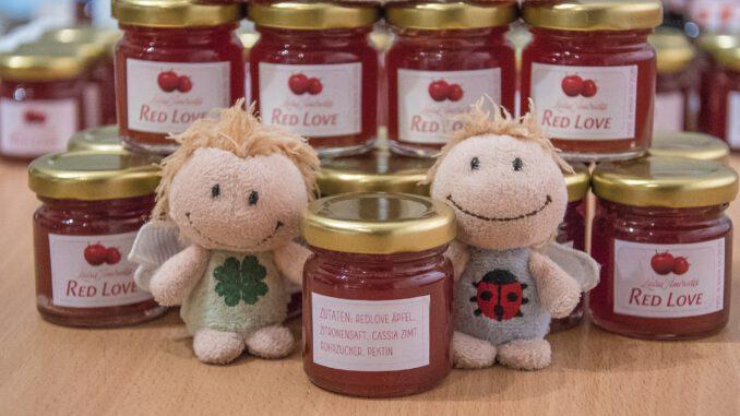 Luisa Amiratu und Kara Delica präsentieren das neue Red Love Apfelgelee (Foto: Martin Dühning)