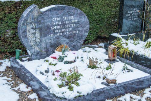 Das Grab meiner Großeltern Sophie und Otto Jester am 1. Januar 2021 (Foto: Martin Dühning)