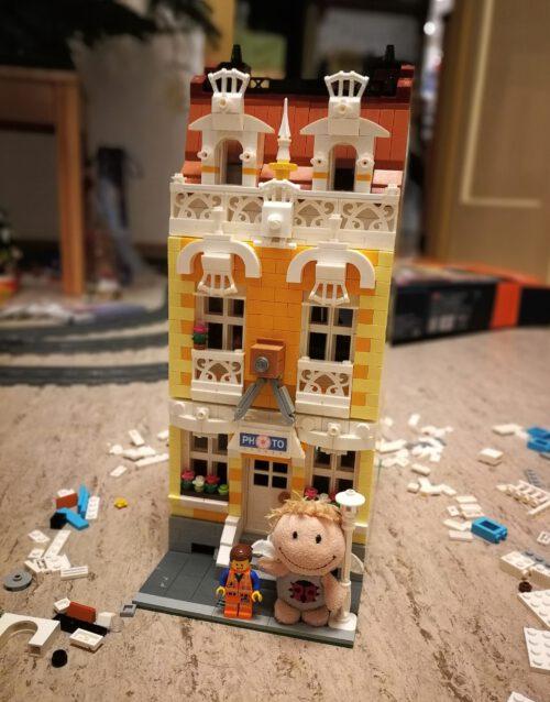 Der vizekönigliche Meisterbauer und Kara Delica vor dem fertiggestellten Fotostudiogebäude (Foto: Rosa Dudelspru)
